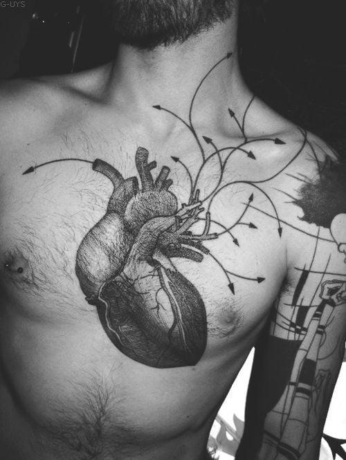 Tatuaje corazón en el pecho
