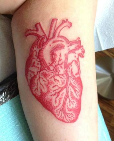Tatuaje corazón real en la pierna