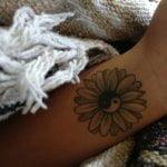 Tatuaje rara figura en el antebrazo