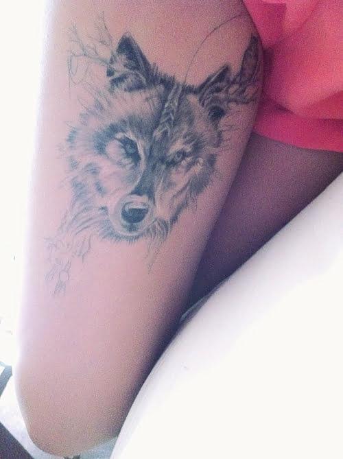 Tatuaje lobo en la pierna
