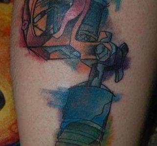 Tatuaje máquina tatuadora en el brazo