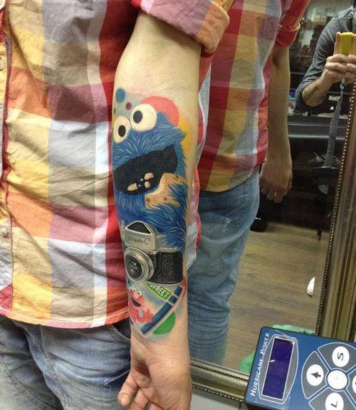 Tatuaje monstruo come galletas en el brazo