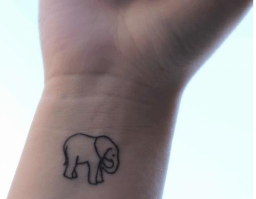 Tatuaje pequeño elefante en la muñeca
