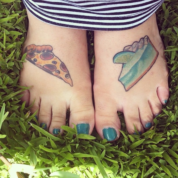 Tatuaje pizza y postre en los pies