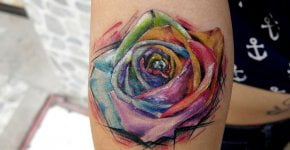 Tatuaje rosa multicolor en el antebrazo