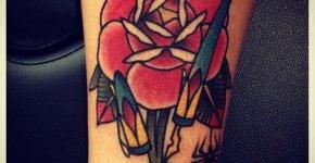 Tatuaje rosa y tintero en el brazo