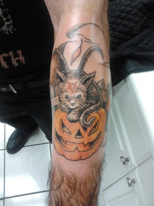 Tatuaje de un gato sobre calabaza (Halloween)