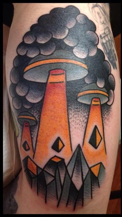 Tatuaje invasión alienígena en el brazo