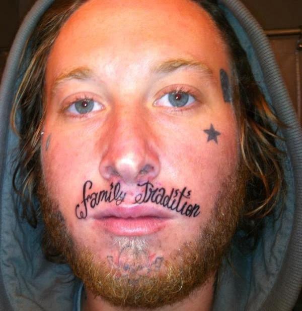 Tatuaje con texto en la cara