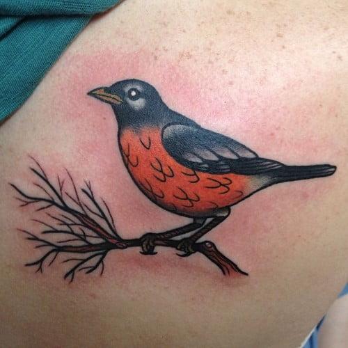 Tatuaje pájaro con el pecho rojo