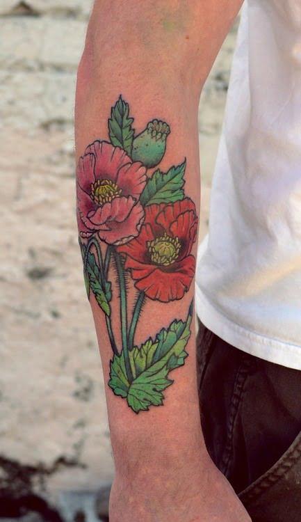 Hierbas y flores tatuadas en brazo