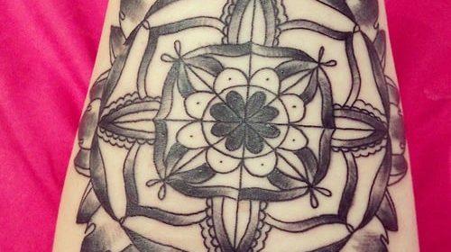 Tatuaje floral en la espalda