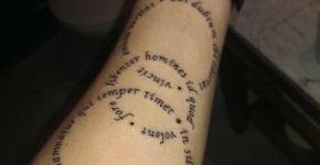 Tatuaje con texto en el brazo