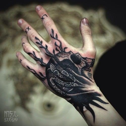 Tatuaje de cráneo en la mano