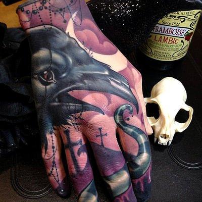 Tatuaje de cuervo en la mano