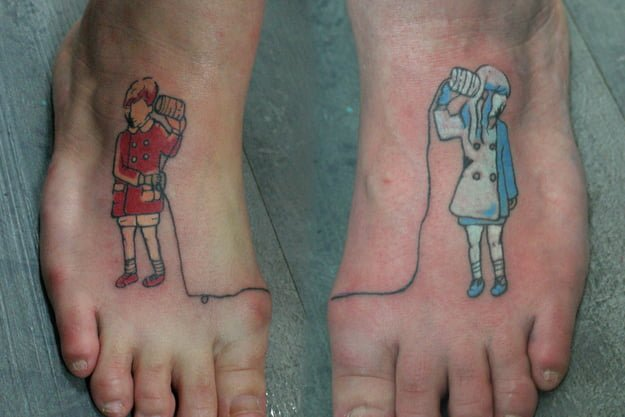 Tatuaje de niños comunicándose