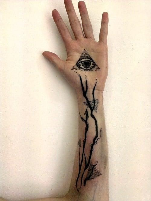 Tatuaje de ramas y triángulos
