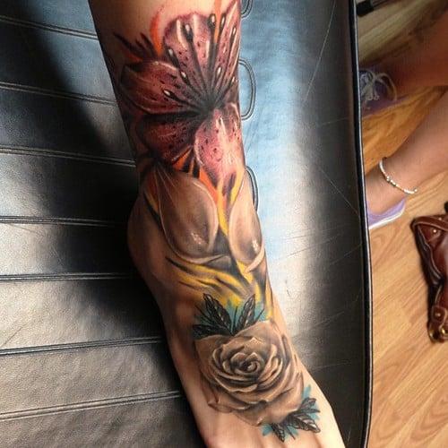 Tatuaje floral en la pierna