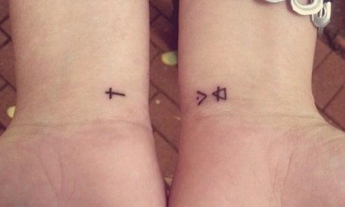 Tatuaje símbolos muñecas