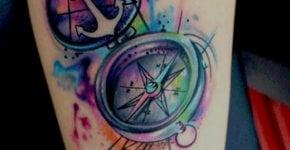 Tatuaje brújula de colores
