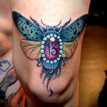 Tatuaje de insecto en la pierna