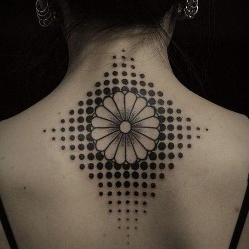 Tatuaje flor espalda