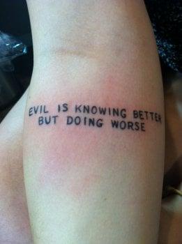 Tatuaje frase brazo