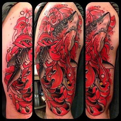 Tatuaje tiburón brazo