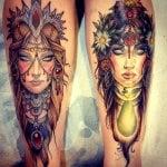 Tatuaje de flores azules y rojas