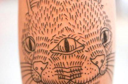 Tatuaje con texto en las piernas