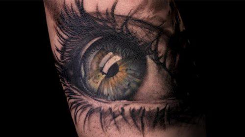 Tatuaje con texto en el abdomen