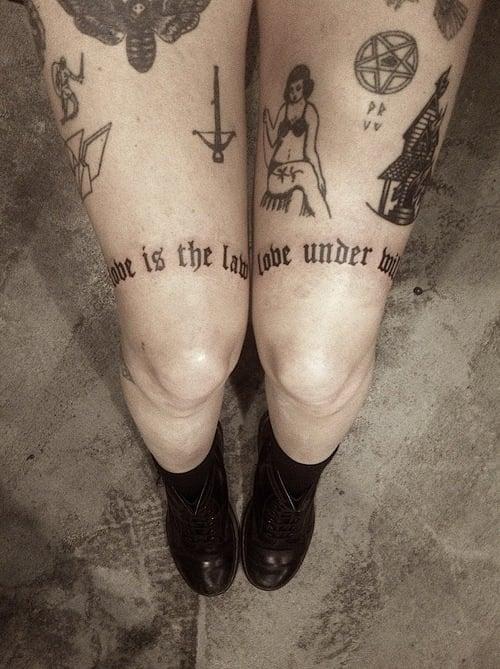 Tatuaje texto piernas