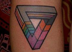 Tatuaje triángulo colores