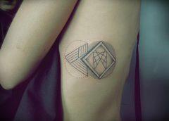 Tatuaje gométrico costado
