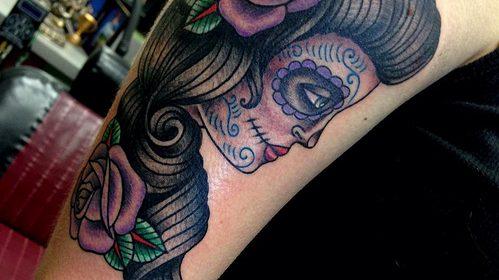 Tatuaje de pájaro morado