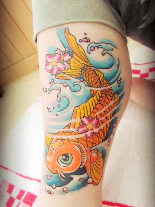 Tatuaje carpa koi brazo