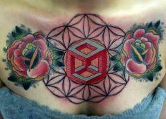 Tatuaje geométrico pecho