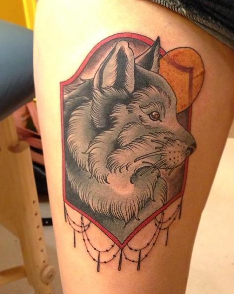 Tatuaje lobo pierna