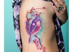 Tatuaje pájaro morado