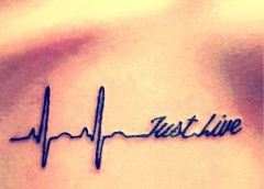 Tatuaje texto en el pecho