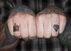 Tatuaje corona dedo