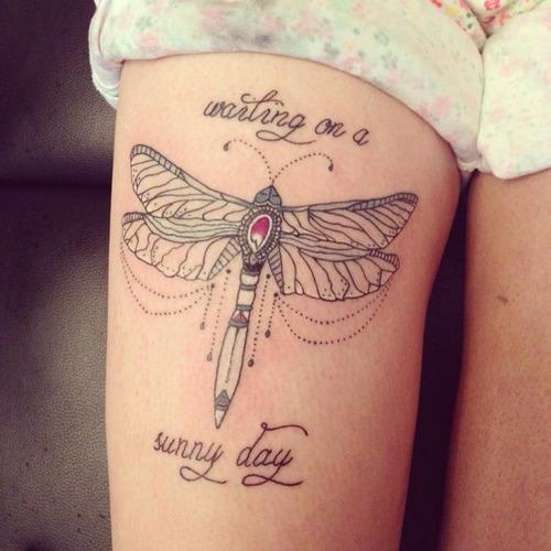 Tatuaje libélula con texto