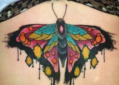 Tatuaje mariposa multicolor