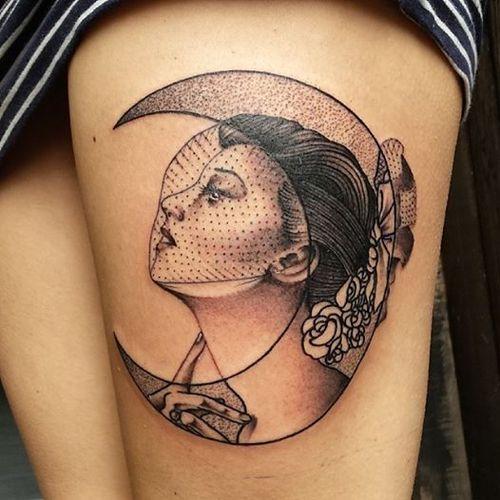 Tatuaje mujer luna