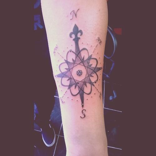 Tatuaje de la rosa vientos