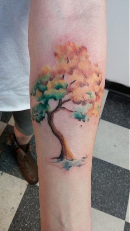 Tatuaje árbol de colores.