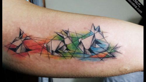 Tatuaje de plumas en el pie