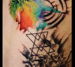 Tatuaje de mujer con mariposas