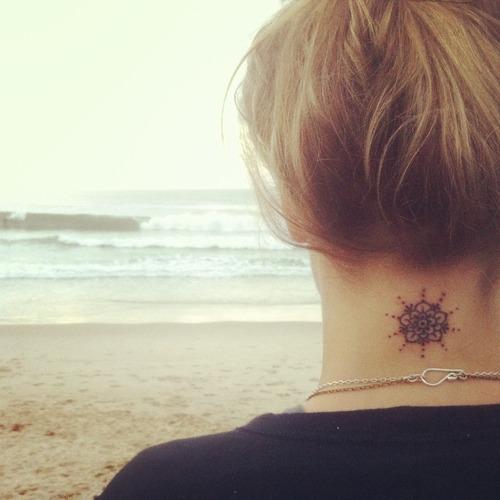 Tatuaje flor en el cuello