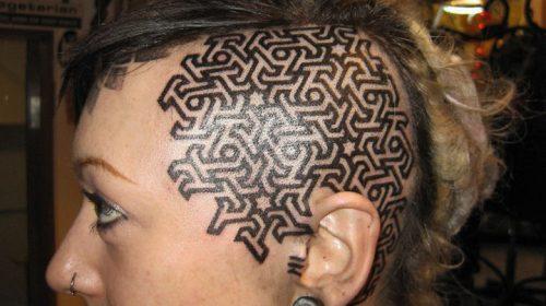 Tatuaje de árbol de colores